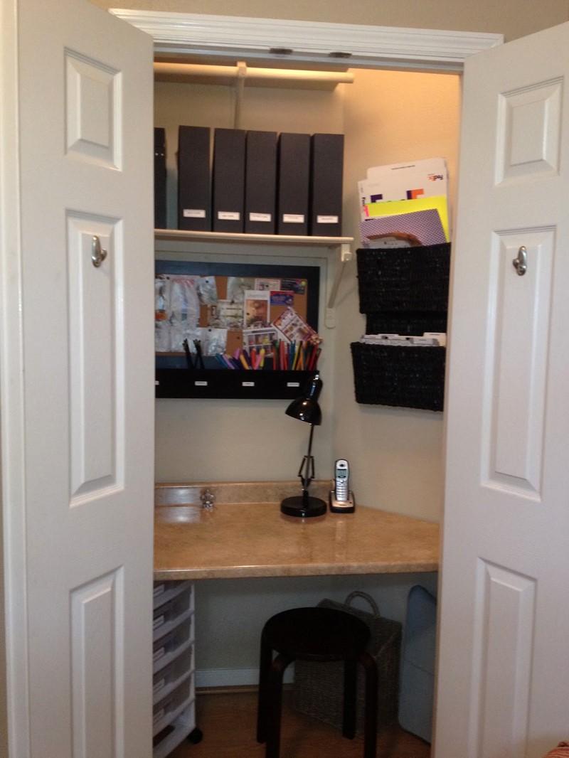 Рабочее место в интерьере комнаты в кладовой